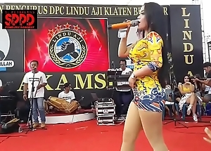 Indonesian X-rated dance - good-looking sintya riske left alone dance aloft majority