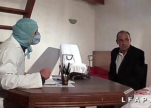 Depress vieille mariee se fait defoncee le cul chez le gyneco en triad avec le mari