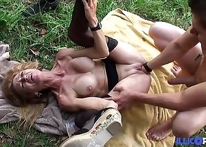 Bonne cougar comme ci et bien of age baisée dans un champ [full video]