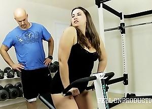 Workout stepmom's sexy muddied pussy on touching gym